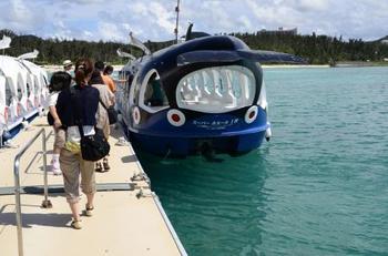 海底を眺めることができるグラスボートも。泳ぎが苦手な人でも海の底の世界を見ることができます♪