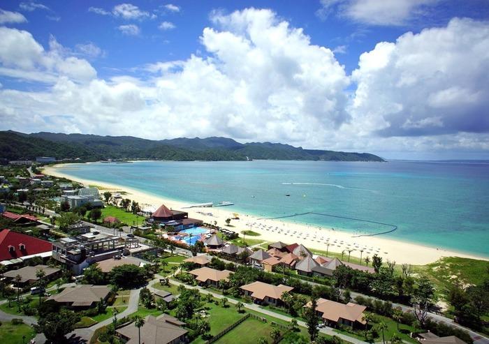 """""""ネイチャーリゾート""""というスタイルをモットーにしている、コテージタイプの宿泊施設、JALプライベートリゾートオクマにあるオクマビーチ。内装はアジアンテイストに統一されています。 マリンスポーツやレジャーのメニューも豊富!世界屈指のウィンドサーフィンのポイントとしても有名です。"""
