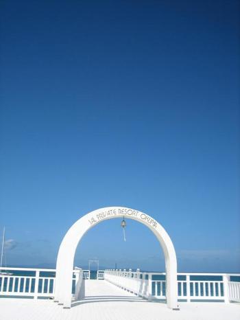真っ白なウエディングベルがシンボルとなっているオクマビーチは、沖縄県民でも行きたい方が多いそう。
