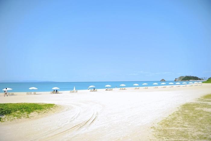 白い砂浜と美しいビーチはすべて天然の砂浜!サンゴの白い欠片が打ち寄せる波にシャラシャラと美しい音を響かせます。そんな美しい砂浜が1kmに渡って美しい曲線を描きます。