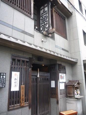 大正時代、初代が営んでいた甘味処で祇園の旦那衆にふるまっていたお茶漬けから始まった、京都のお茶漬け専門店として有名なお店「丸太町十二段家(まるたまちじゅうにだんや)」。 とても人気があるため並ぶことも多いようですが、ぜひその雰囲気とともに楽しんで。