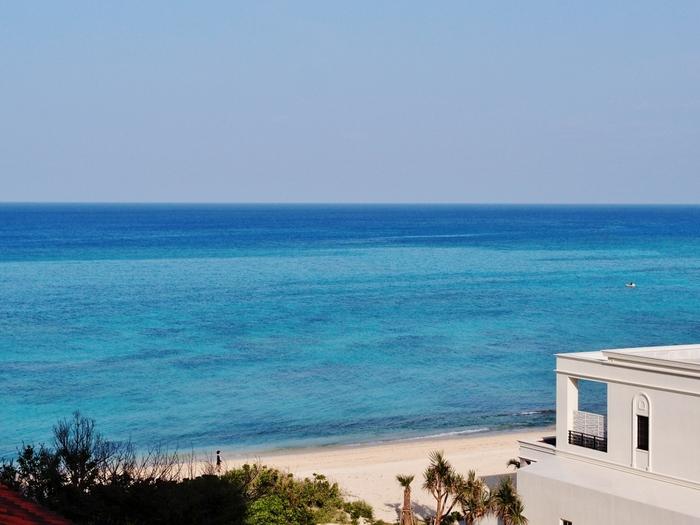 ホテル日航アリビラの目の前にあるビーチ。 このホテルは、湾岸線にある岩をできる限り自然のままに手つかずの海を大切にして建てられました。