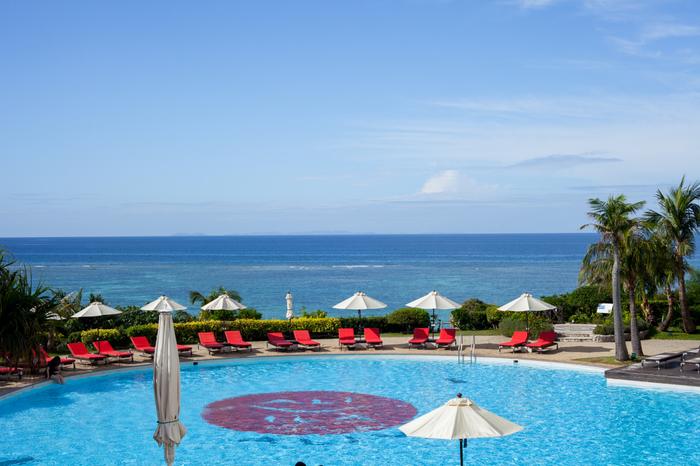 ホテルのプールから見える海がとっても美しい!ブルーが重なり合ってすごく素敵な景色です。