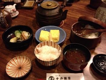 米は新潟コシヒカリでおかわり自由。お漬物とごはん、どちらの味も引きたたせる薄めのほうじ茶で。