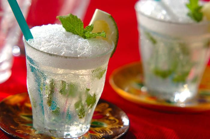 メキシコで人気のカクテル、モヒート。その、モヒートがそのままゼリーになりました。シュワシュワ感がクセになる美味しさ!ライムを絞ってサッパリと召し上がれ♪