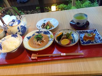 鯛茶漬け御膳は鯛の薄造り、京野菜の炊合せ、鯛を使ったおかず一品、お漬物にデザートの甘味付き。ひとつひとつが上品に盛り付けられてちょっとした懐石風!一見少し物足りないかな?と思いきや意外とボリュームがありますよ。