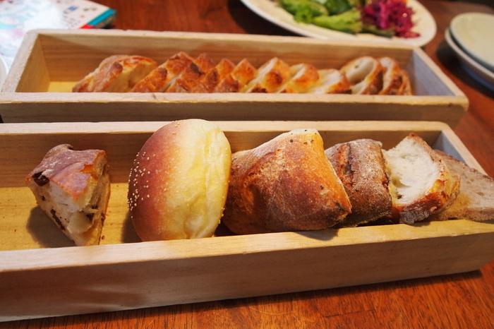 そして嬉しいことに、ランチセットのパンは食べ放題! ポンレヴェックのパンを心ゆくまで堪能できるのも人気の秘密です。