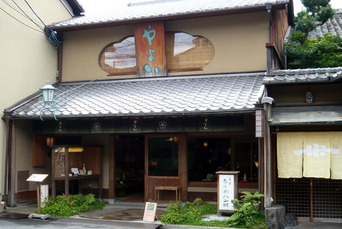 八坂神社のほど近く、ちりめん山椒で有名なやよい本店。京都のお土産としてももちろんおすすめですが、こちらの離れに併設したカフェが素敵なのです♪