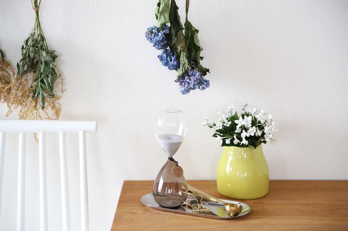 温かみあふれる陶器のフラワーベースに、白い可憐なお花を生けて。イエローのフラワーベースは一足早く春を告げてくれるようで、お部屋が爽やかに明るくなります。