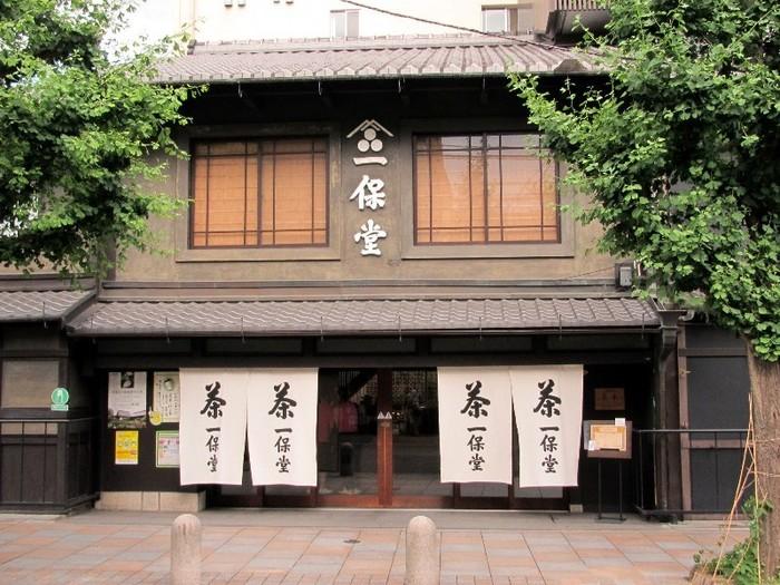 お茶漬けのトッピングと一緒に京都のお茶もいかが?ということで、言わずと知れた京の茶匠一保堂。全国各地でも買えるけど、時間に余裕があればぜひ本店にも行ってみてください。本店限定の茶缶もありますよ♪