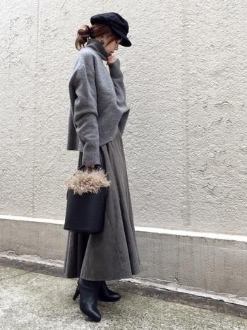 グレーのトップス×ボトムスにベレー帽、シューズ、バッグなどの小物類はブラックでまとめた、シンプルな大人カジュアルコーディネート。ふわふわのファーが女性らしさを高めてくれます◎