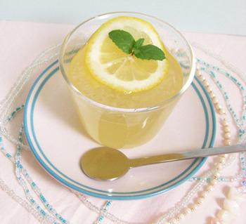 プルプル食感のゼリーにすれば、コラーゲンも摂れてキレイになれそう! 食欲がない時、夏バテなどにピッタリのおやつですね。