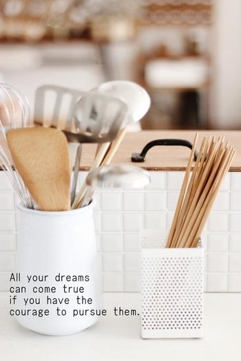 白いメッシュのペンスタンドは清潔感があってキッチンに良く似合います。箸や調理器具をいれておくとお洒落ですね♪