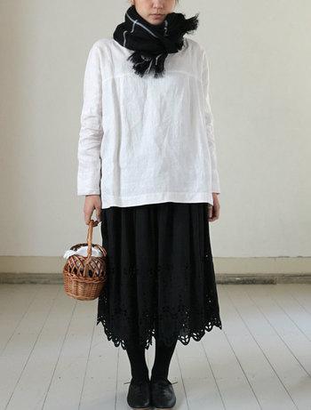 今春トレンドの個性的なアイテムに、ナチュラルさんの定番でもあるレースアイテムを合わせることもオススメです。裾にお花や葉っぱが刺繍されたアンティークレースのようなスカートはブラックで大人っぽく。
