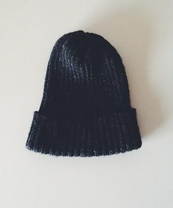 着回しがきくのは黒やグレーですが、秋冬ならではのボルドーやグリーンもコーデの幅が広りそうですね。シンプルなデザインに飽きた方はポンポンが付いたタイプに挑戦してみましょう。年々いろんなニット帽が発売されているので、お気に入りを見つけてみてください。