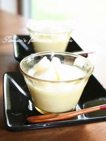 寒天でつくるイメージが強い杏仁豆腐ですが、ゼラチンでつくるとなめらかでとろけます♪お好みのフルーツをのせていただきましょう。