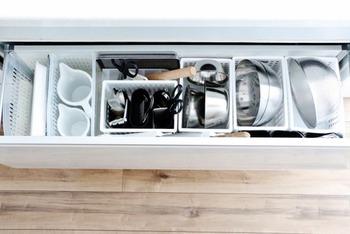 大きいケースも取り扱っているので、様々な場所で活躍できる100均商品。 キッチンの色と統一することで見た目もスッキリして見えます。