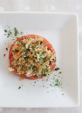 トマトに火を通すことで味がギュッと濃縮されてとろける食感に。大葉とにんにく入りの香り高いパン粉をのせて焼いた一品、簡単に出来るのに、とってもお洒落です。