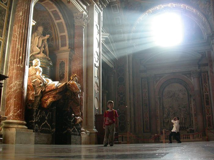 写真はサン・ピエトロ大聖堂内、教皇アレクサンデル7世の墓前。