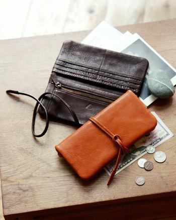 ふっくらとした革の袋のような形を、革ひもでぐるっと巻いて結んで留める。遊び心たっぷりのレトロなデザインが、お会計の時間を優雅に楽しませてくれます。充実した収納機能で使い心地も快適な長財布です。