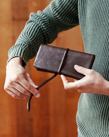 縫い目が見えない袋状のつくりのため、全体がふっくらとしたやわらかな仕上がり。手に持った時にくったりとなじんで、心地良い。