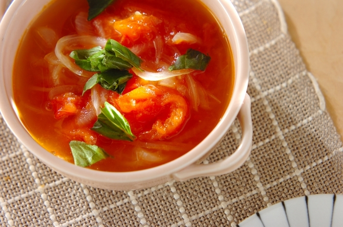 大きめにカットしたトマトの酸味と、玉ねぎの甘味が感じられる美味しいスープです。味付けは塩とごま油だけ。玉ねぎの甘さが染みたトマトは絶品です。