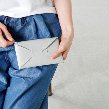まるで封筒のような、シンプルでスタイリッシュなデザインが魅力。薄手なのでバッグに入れてもかさばらず、機能性も◎です。