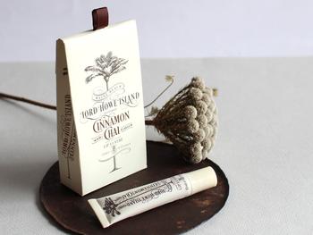 シナモンとチャイの甘い香りのリップバームは、つけ心地も抜群で使う度に思わずウットリ。さっと塗れるチューブタイプなので、使いやすさも◎。ヤシの木が描かれたオシャレなパッケージで、贈る相手にも喜ばれます。