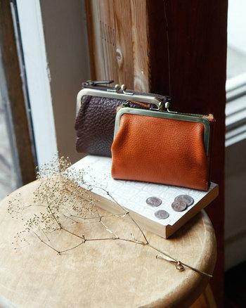 見た目の楽しさにも使いやすさにもこだわった、使うほどに愛着のわくお財布です。シンプルな使い勝手で人気のがま口に札入れやカードホルダーなどの収納機能を追加した、手のひらサイズの機能的なお財布。