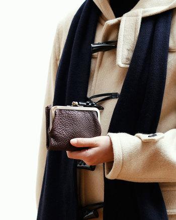 素材は、しっとり柔らかな感触が気持ちいい「オイルヌメ革」を採用。アンティークな風合いが色つやを深めてゆくほどレトロなデザインが引き立ち、使うほどに楽しいお財布です。