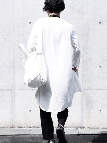 シンプルな装いでもぱっと目を引く凛とした美しさがあります。カジュアルコーデによく似合います。