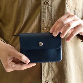 用途別に使える4レイヤーの収納と、ジャバラのような構造が特徴的なお財布です。収納が豊富なので、ショップカードやポイントカードなど、増えがちなカードもすっきりと収納できます。