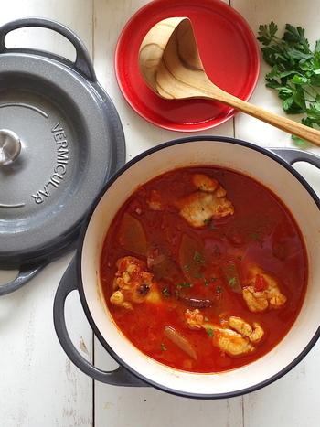 スープなのにおかずにもなる、スパイシーなチリトマトスープです。冬瓜のとろける口どけと、チキンの旨味をまるごと味わえます。