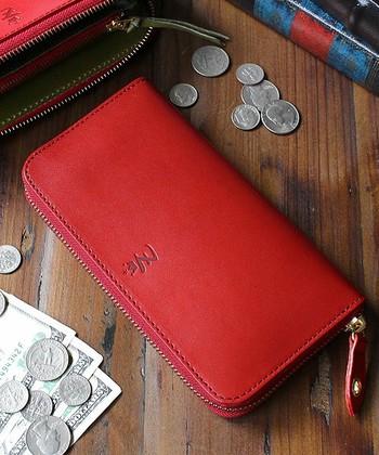 日本の匠によってていねいに仕上げられた「栃木レザー」を贅沢に使用した長財布。使い込むほどに革が手に馴染み、独特の色合いに変わっていきます。革本来の匂いや表情があり革好きにはたまらない逸品です。