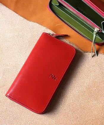 こんな深みのあるレッドのお財布なら、使うたびにいつもより上質な時間が過ごせそうですね。