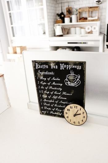 木目調の時計をはじめ、100均にはお洒落な時計が多くあります。 それぞれのキッチンの雰囲気に合わせた時計を飾り、楽しい時間を過ごしたいですね♪