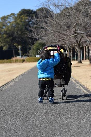 ママになったらひとつは欲しいショルダーバッグ。機能的でお洒落なものをマザーズバッグとしても使えたら最高ですよね。シンプルで形の綺麗なショルダーバッグを肩からさげて、赤ちゃんをたくさん抱っこしてあげましょう。赤ちゃんとのお出かけコーデを考えるのが楽しくなりそうですね。