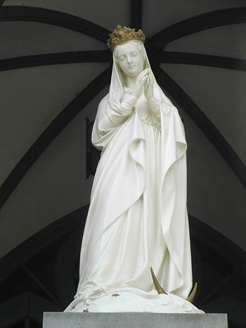 教会入口のこちらのマリア様はとても美しいので、是非御覧くださいね。