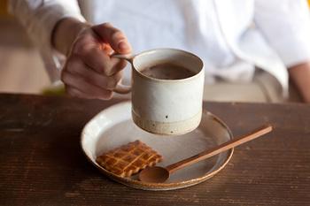 シンプルな木蓮のマグはMとLの2サイズ展開です。一般的なコーヒーカップに近いのがこちらのMサイズ。丸みを帯びた取っ手がとてもキュートです。コーヒーはもちろん、紅茶やココアを入れてもいいですね。落ち着いた色味と風合いで、緑茶やほうじ茶にも似合いそうです。