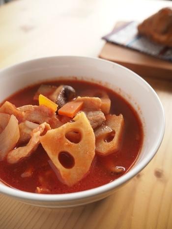 根菜の中でも食べ応えと、ほっくりした食感がなんともいえないれんこんのスープ。トマトジュースで仕上げるから、口にしやすいので、短時間の煮込みでもパクパクいけちゃいます。