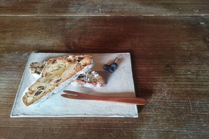 キャラメルチーズケーキというなんとも可愛らしい名前がつけられたこちらのプレート。キャラメルチーズケーキをのせたら素敵になるという思いで作られたそうです。空間を白く切り取ってくれる板皿は、どんなものでもフォトジェニックな光景に見せてくれる魔法の力を持っています。