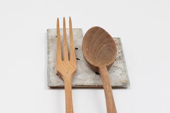 カトラリーレストにも使えるとても小さなプレート「ビスケット」。ひとくちサイズのビスケットのように小さいのに、これが食卓にあるとないとでは、受ける印象が大きく違うんですよ。カトラリーレストを使うと、ごはんの時間をより丁寧に過ごせるような気がします。