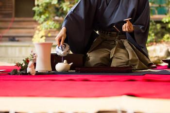 京ことばではお茶のことを「ぶぶ」または「おぶぶ」といいます。そのため京都ではお茶漬けのことを「ぶぶ漬け」と呼んでいます。