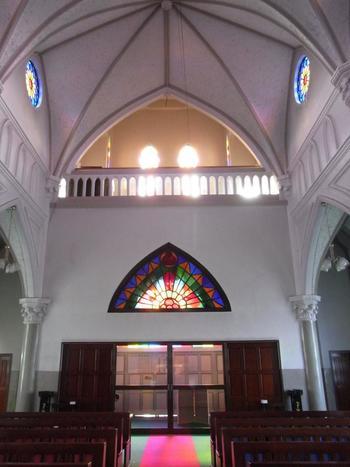 教会内部の白い壁と天井に映るステンドグラスの色が参列する人々の心が穏やかにしてくれそうですね。