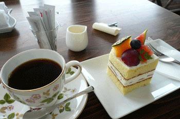ケーキの種類も豊富。旬のフルーツを使った「四季のショートケーキ」があります。お土産にテイクアウトもOK。