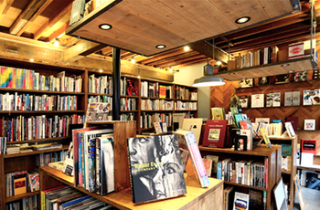 ウッディなインテリアの店内は居心地がよく、ゆっくり本を探すことができます。