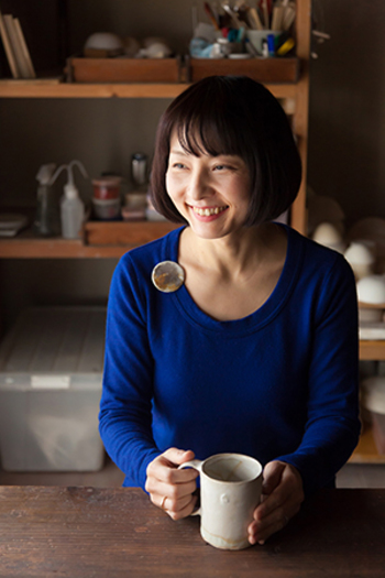 こちらがAt Home Worksの林彩子さんです。1995年に吉祥寺にある「アトリエ飛行船」にて陶芸を学び、陶芸の面白さに目覚め、「陶芸教室むさしの」の講師を経て2010年に独立されました。