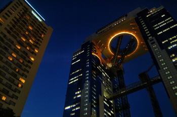 """地上150mを超える高さで繋がる2本の超高層ビル。なんと、その真ん中が展望台<空中庭園>です。""""メガロマニアック(誇大妄想)な立体都市""""をコンセプトに創られた大胆なデザインは、日本中探しても大阪でしか見ることが出来ません。"""
