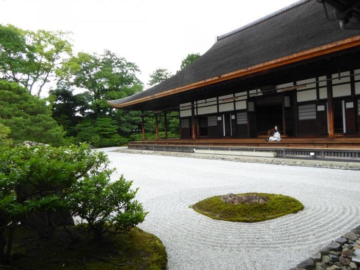 銅板葺入母屋造りの「方丈は」、慶長4(1599)年に安芸の安国寺から移築したものですが、昭和9(1934)年の室戸台風で倒壊し、昭和15(1940)に復旧した建物です。僅かに反った優美な屋根も見所。