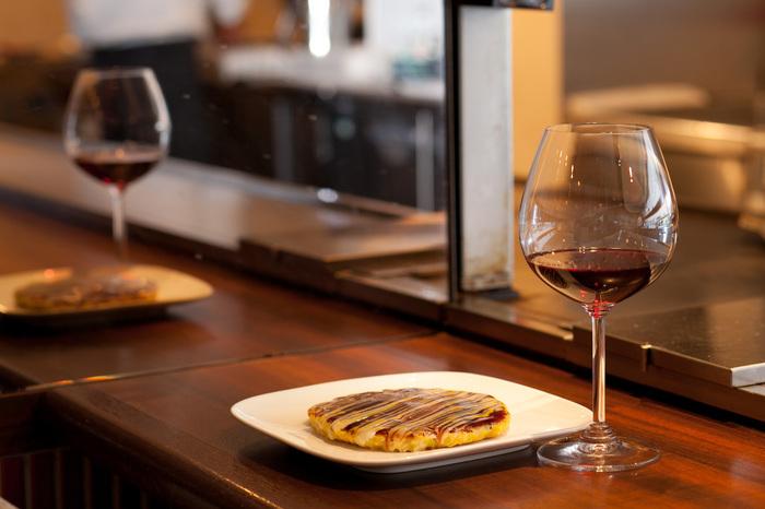 そう、ここのお好み焼きはシェフが焼いてくれて、ワインと一緒にいただくんです!ワインの種類に困ったら、ちゃんとソムリエがお勧めを教えてくれます。 「今日は、お好み焼きディナーやな♪」